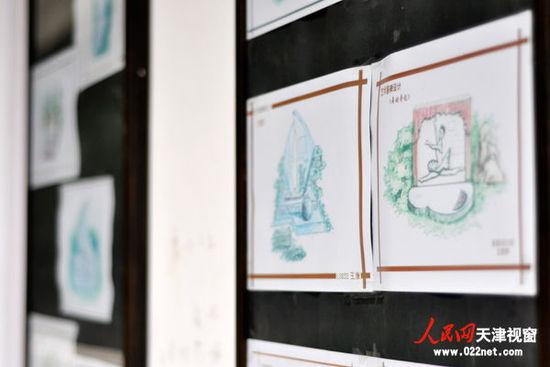 在殡仪系教学楼楼道里,悬挂着殡仪系学生的专业设计作品.(摄影:
